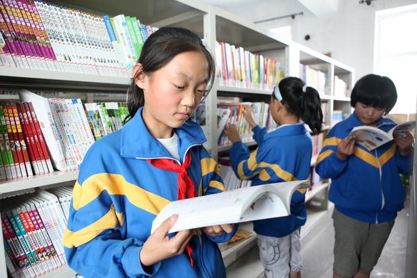 孩子们在图书馆认真读书.