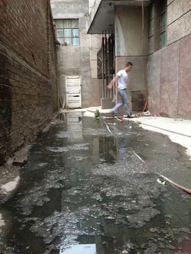 西宁南川西路居民楼被臭水包围出行困难图片