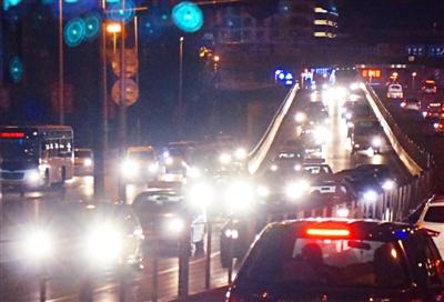 汽车远光灯晃眼极易引发交通事故