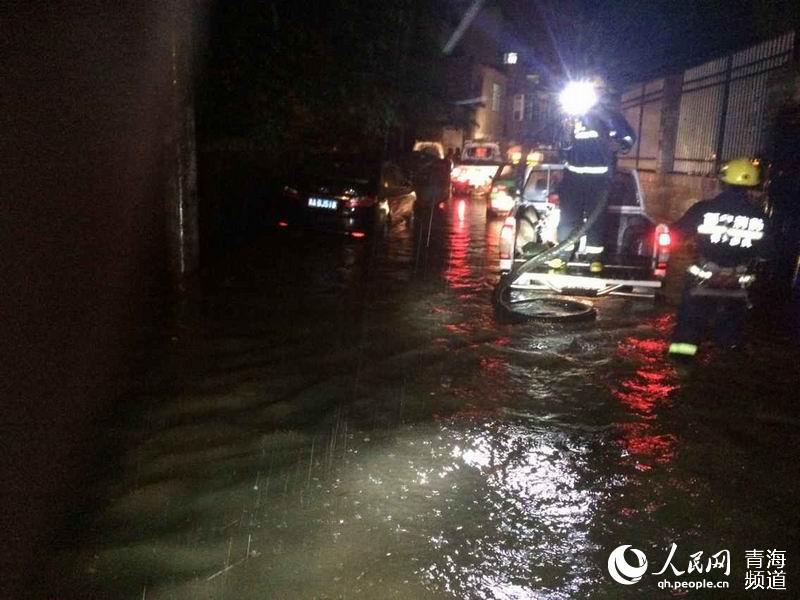 强降雨致西宁市城中区南川西路沈新巷被淹,积水深达达1米. 图片来图片