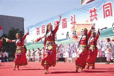 """海东""""民族团结一家亲""""演出"""