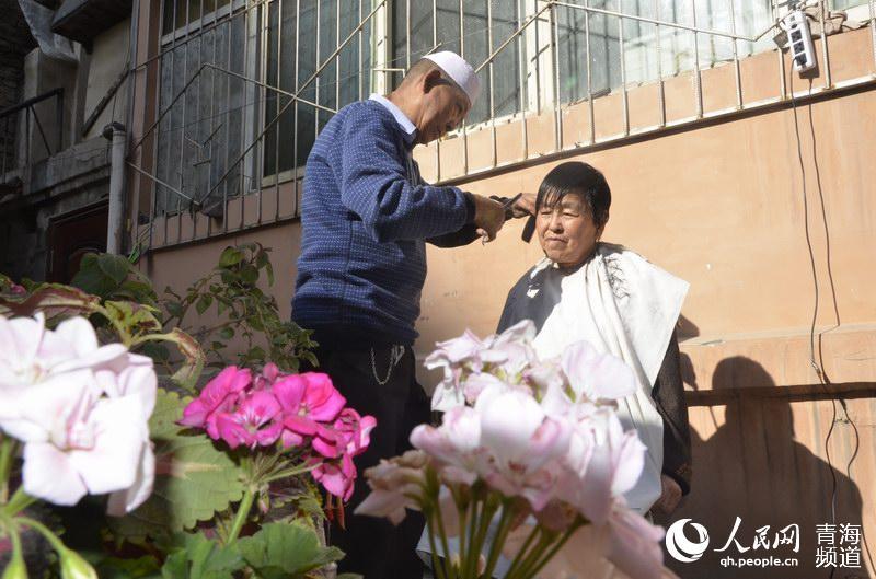 西宁:八旬回族老人为小区住户义务理发20载