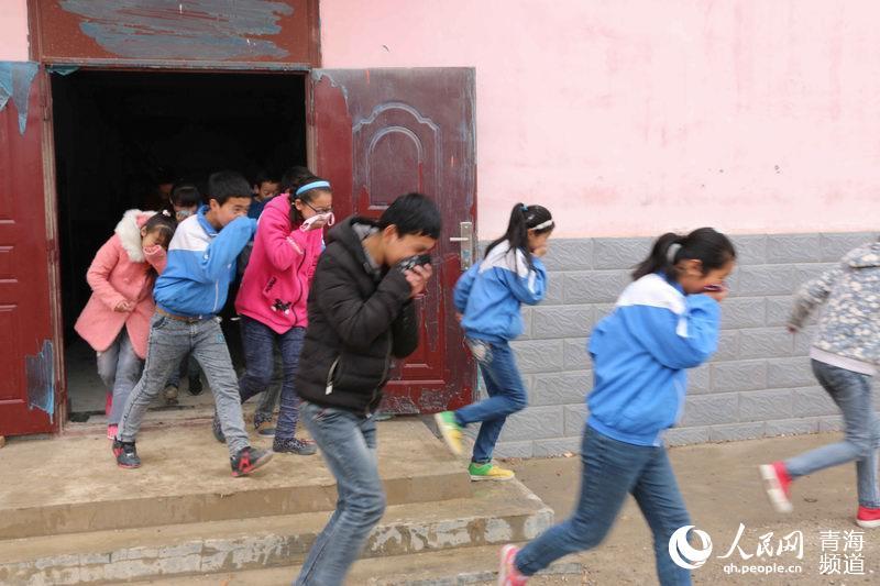 11月6日,西宁湟源县进大华镇中心学校学生在进行逃生演练.当天,图片