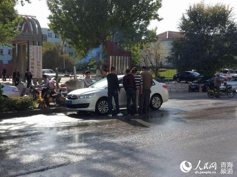 西宁市二手车交易市场堵塞人行道长达5年 市民怨声载道