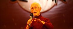 """诗人虽远行,乡愁永流传        12月14日,台湾著名诗人、《乡愁》作者余光中先生在台湾高雄辞世,享年90岁。余光中一生从事诗歌、散文、评论、翻译,自称为自己写作的""""四度空间""""。"""