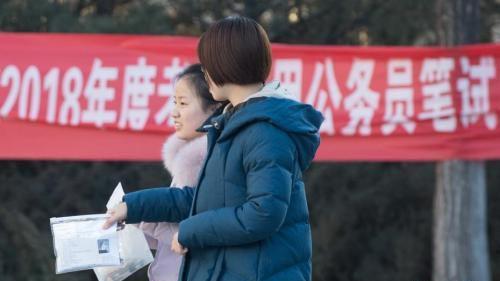 青海公务员事业单位招考向基层倾斜        去年,青海省公务员和事业单位共招考6528人,招录上岗人员占同期城镇新增就业总量的10.7%。
