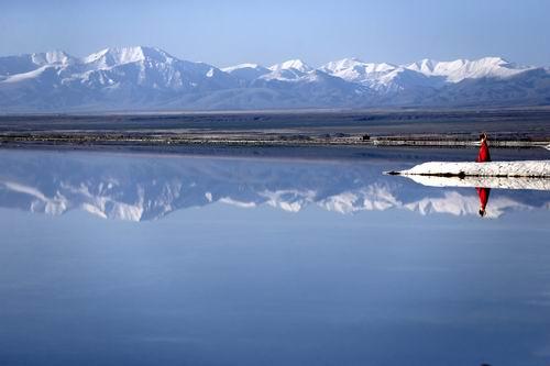 """茶卡盐湖告别枯水期 天空之镜美景显现        作为青海旅游的一张金名片,茶卡盐湖已成为国内外游客来青旅游的必选目的地之一。""""水映天、天接地,人在湖中走,宛如画中游""""的""""天空之镜""""景观再度呈现广大游客们面前。"""
