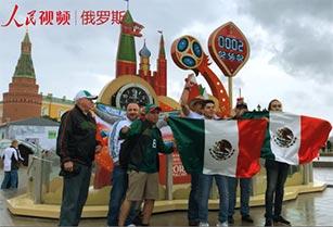 世界杯倒计时:球迷街头狂欢为自己的国家加油