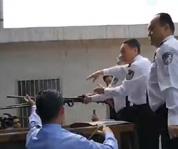 警方销毁非法枪支