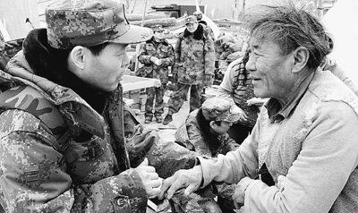 20日,总参总医院医疗队专家在玉树为一位手指骨折的藏族老人进行现场