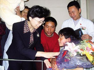 图为宋秀岩(左一)在青海妇女儿童医院看望住院的灾区儿童.海军 摄