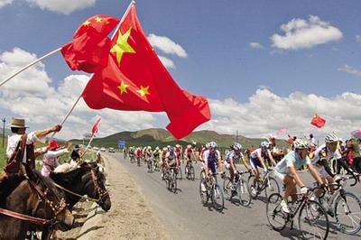 丹木争才郎带领着他的藏族兄弟姐妹策马列队准备迎接